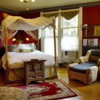 Кровать с балдахином в спальне с бардовыми стенами