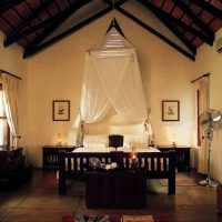 Светлая спальня с высоким потолком