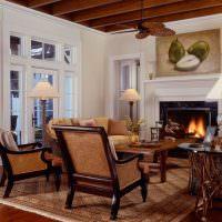 деревянные кресла на ковре в гостиной