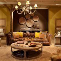 Кожаный диван с декоративными подушками