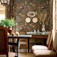 Декоративные тарелки на стене гостиной