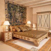 Деревянная кровать с резными узорами
