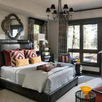 Интерьер спальни с тремя окнами