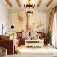 интерьер гостиной с фресками на стене