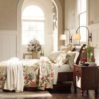 интерьер спальни с арочным окном