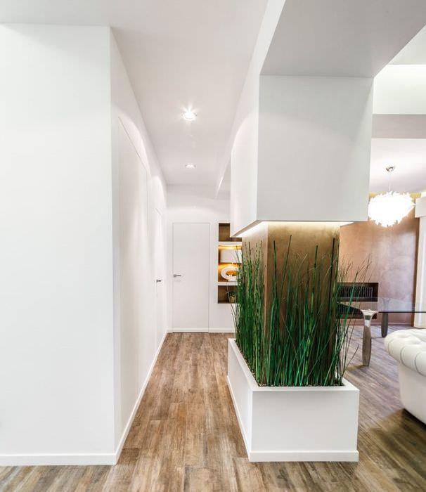 Декоративная колонна с живыми растениями в белой квартире-студии