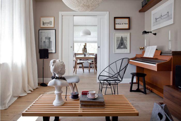 Белая статуэтка на деревянном журнальном столике