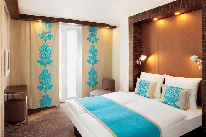 Японские шторы светло-коричневого оттенка в спальне супругов