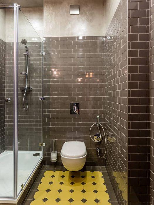 Керамическая плитка коричневого цвета на стене ванной комнаты