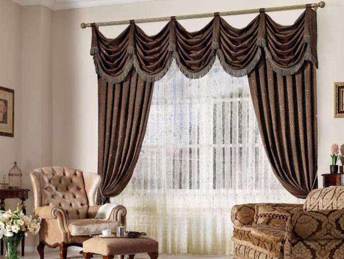 Коричневые шторы с ламбрекеном в классической гостиной
