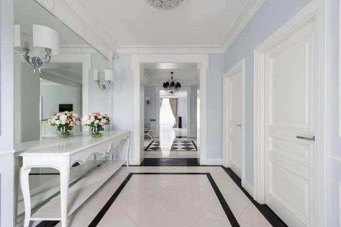 Интерьер коридора с белым полом из плитки