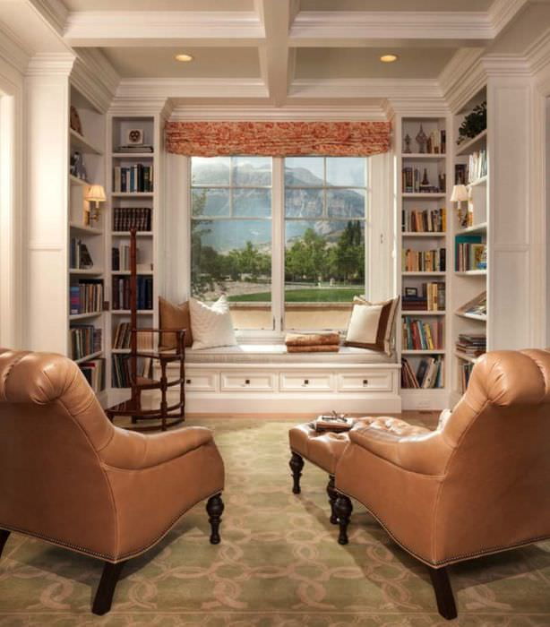 Два кожаных кресла в домашней библиотеке