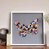 Картина с бабочкой из разноцветных пуговиц
