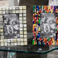 Фоторамки з необычных предметов на стеклянном столике