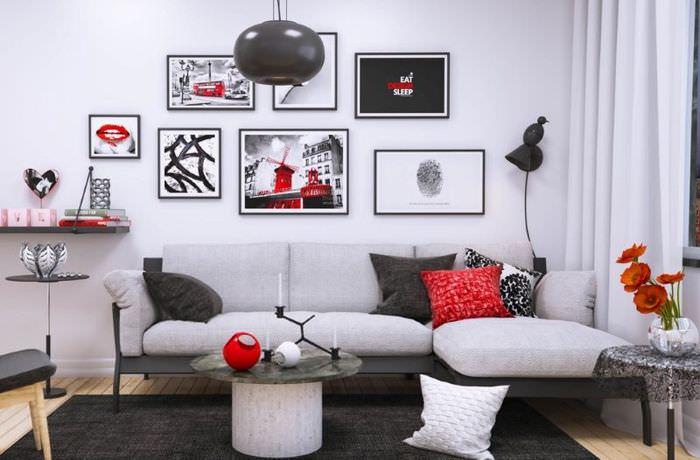 Асимметричное расположение картин над диваном в гостиной