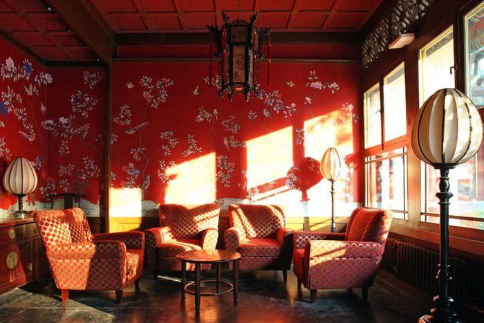 Красные обои в гостиной китайского стиля