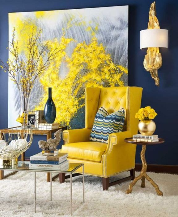 Желтое кресло у синей стены с картиной