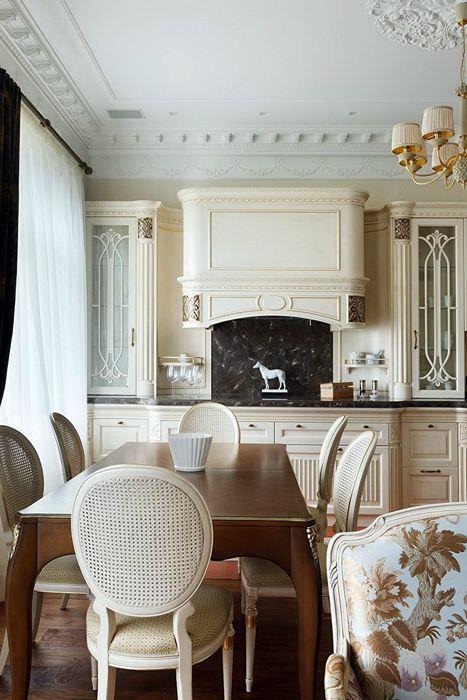 Украшение потолка кухни гипсовой лепниной