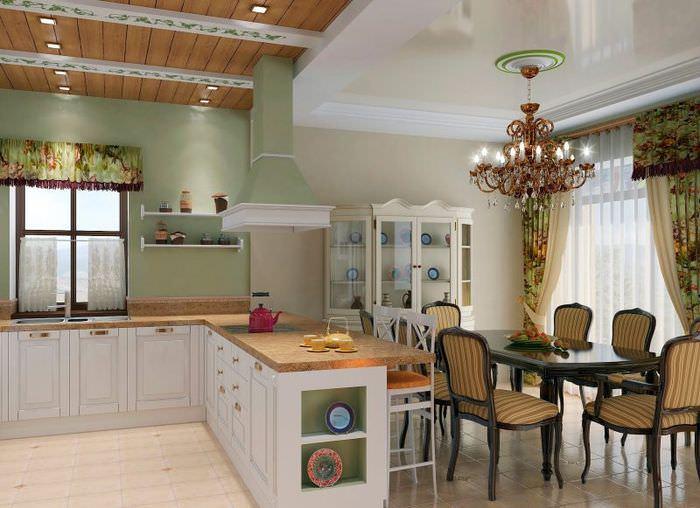 Деревянный потолок над рабочей зоной кухни-гостиной