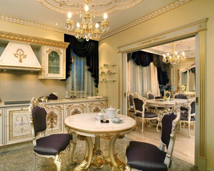 Резные стулья в интерьере красивой кухни