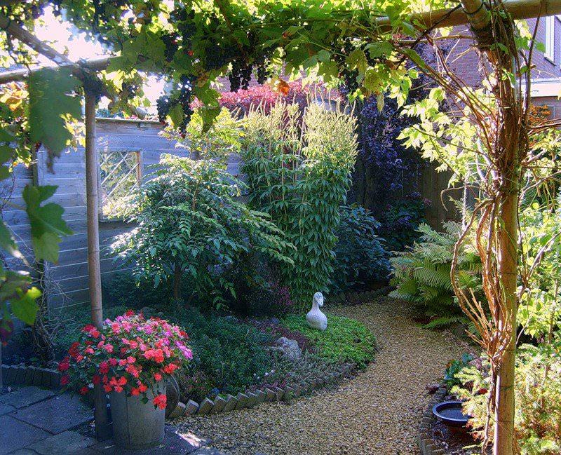 Гравийная дорожка от перголы к загородному дому