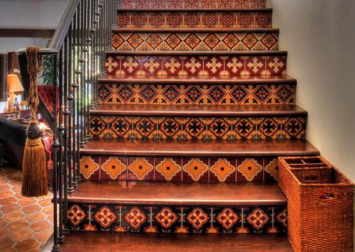 Деревянная лестница с марокканской мозаикой