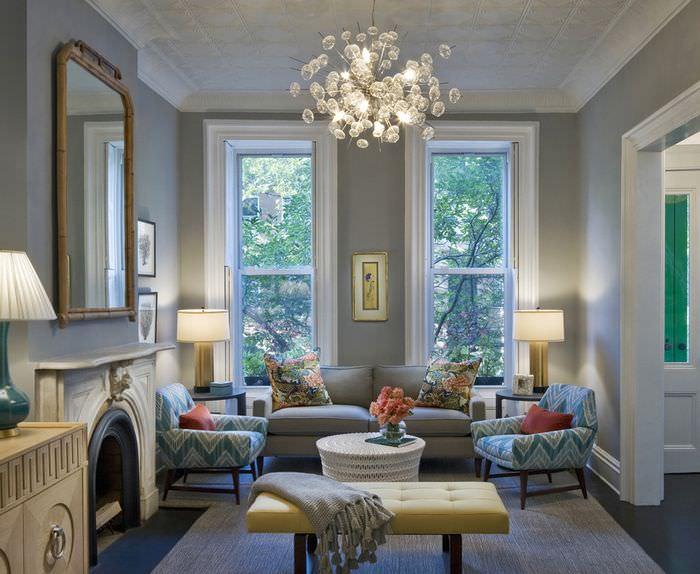 Освещение в гостиной с двумя узкими окнами