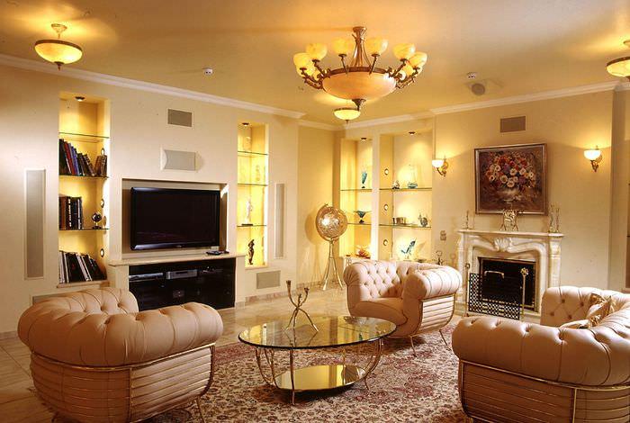 Многоуровневой освещение в интерьере просторной гостиной
