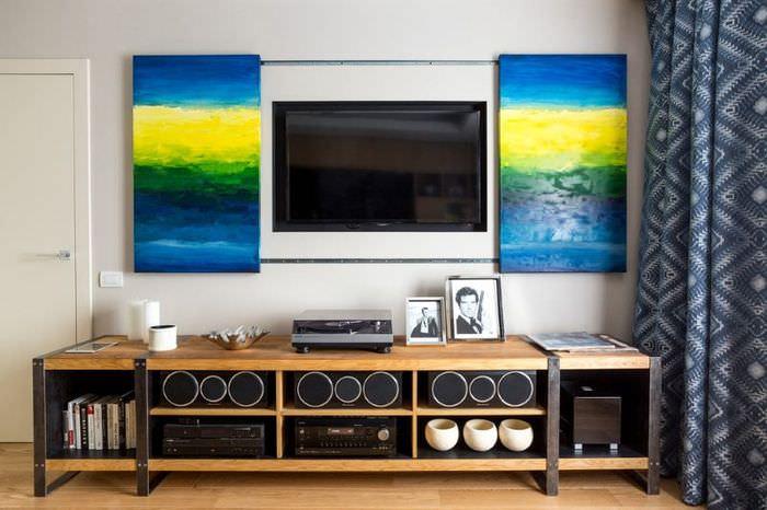 Украшение модульными картинами стены в гостиной