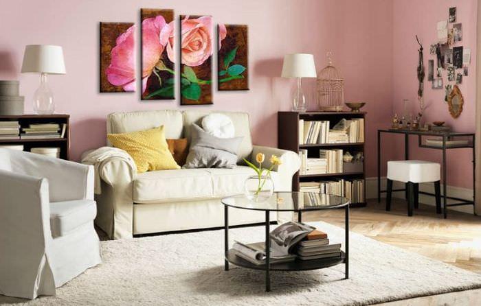 Украшение стены над диваном модульными картинами