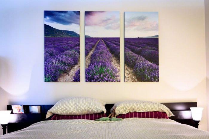 Цветущее поле на картине в спальне