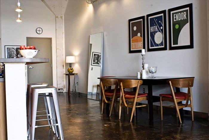 Три модульных картины на стене возле обеденной зоны