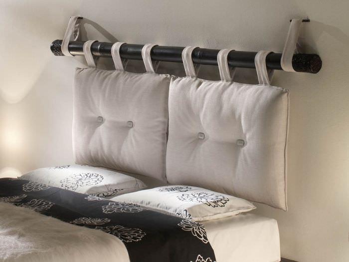 Декор изголовья кровати в комнате молодой девушки