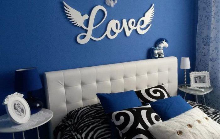 Декорирование стены в спальне с помощью пенопластовых букв