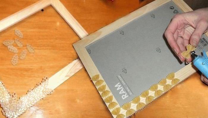 Наклеивание макарон на деревянную фоторамку
