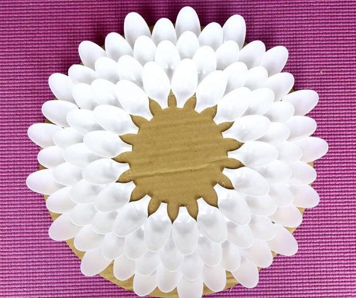 Наклейка пластиковых ложек на картон