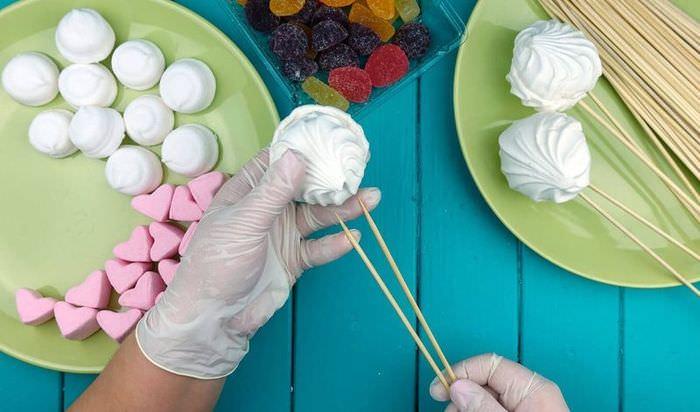 Процесс приготовления сладкого букета