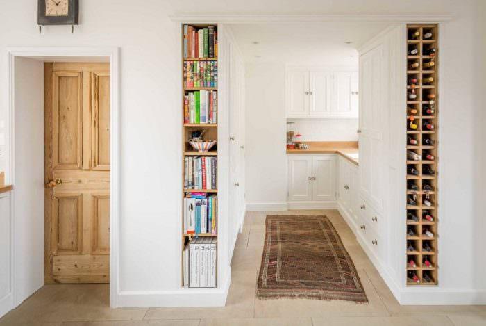 Узкая ниша для книг в дверном проеме