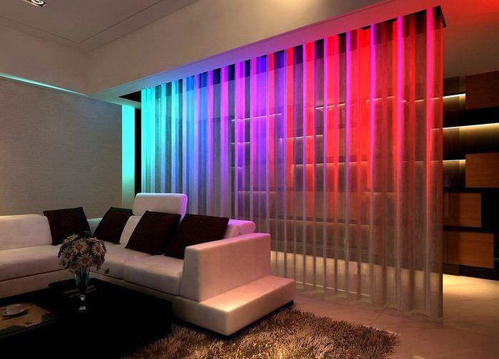 Зонирование гостиной нитяными шторами
