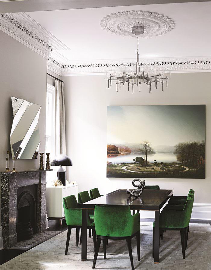 Украшение картиной стены гостиной с камином
