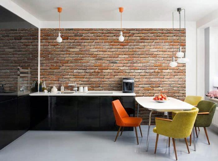 Обеденная зона на кухне с кирпичной отделкой