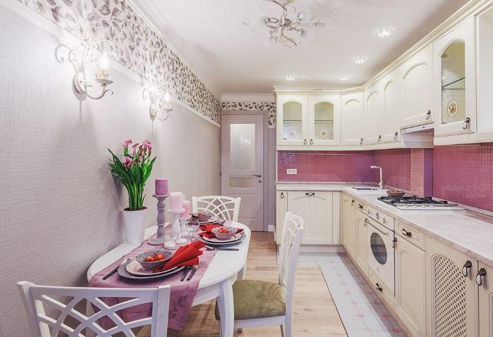 Интерьер узкой кухни с белой мебелью