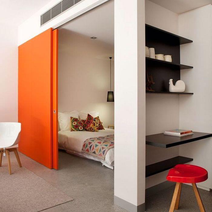 Оранжевая перегородка раздвижной конструкции