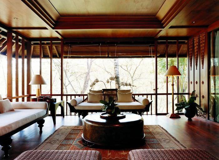 Панорамные окна в гостиной китайского стиля