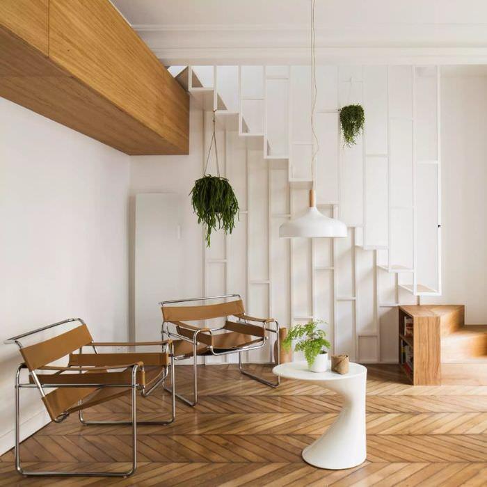 Натуральный паркет на полу первого уровня двухъярусной квартиры