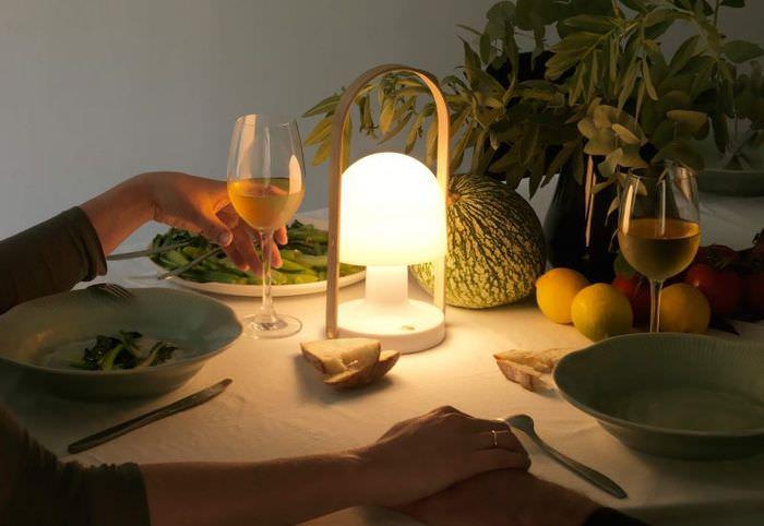 Небольшой светильник переносного типа на праздничном столе