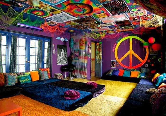 Современная гостиная в стиле китч с плакатами на потолке
