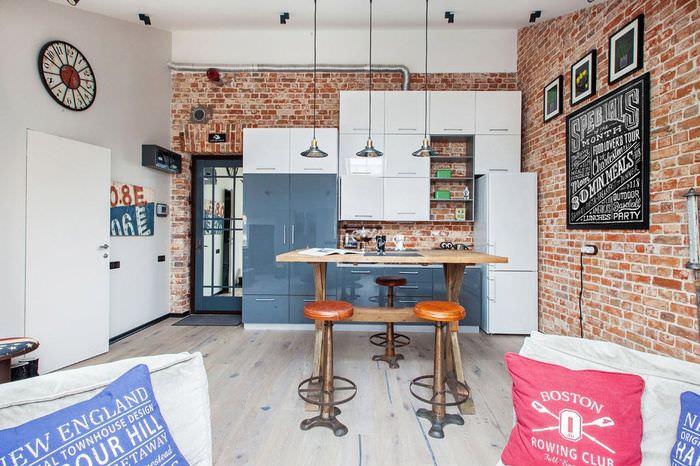 Кирпичная стена в интерьере красивой кухни