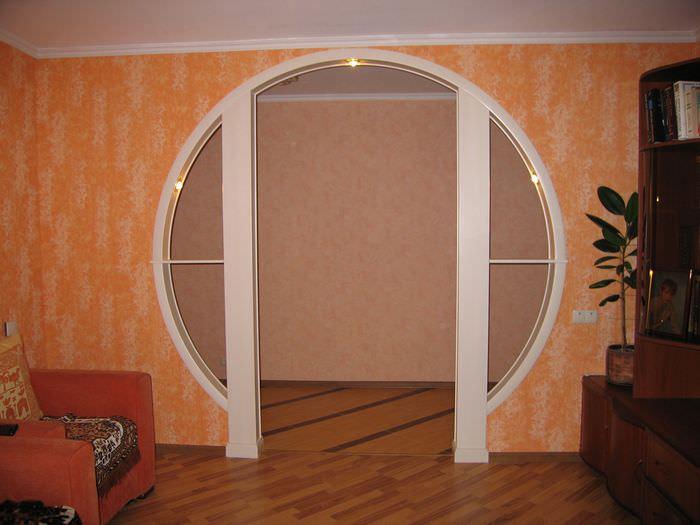Дверной проем оригинальной конструкции со встроенной подсветкой