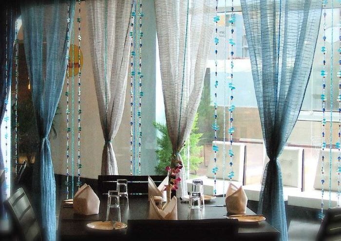 Красиво подвязанные шторы на окне гостиной